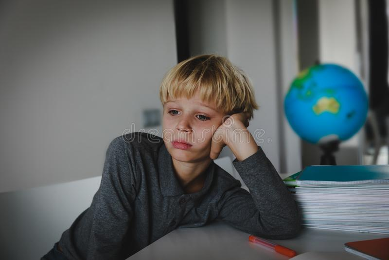 Kleiner Junge ermüdete betont von der Lesung und tat Hausarbeit lizenzfreie stockfotos