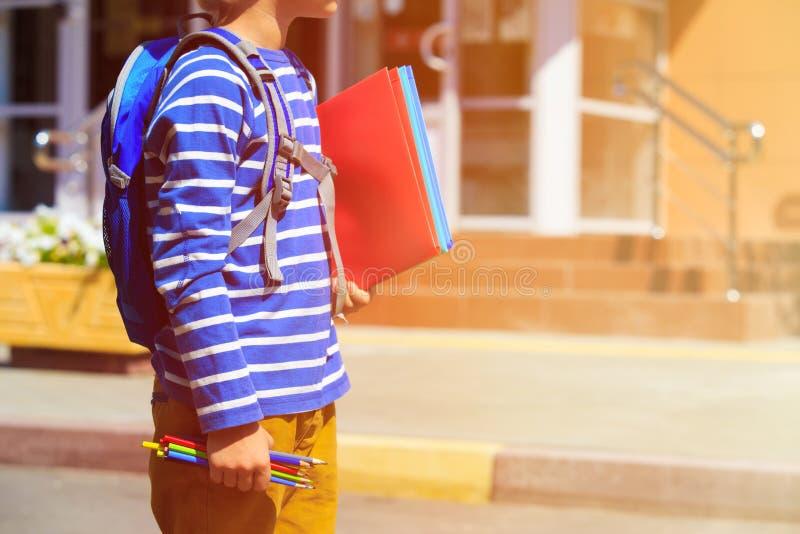 Kleiner Junge geht zur Schule oder zum Kindertagesstätte stockfoto