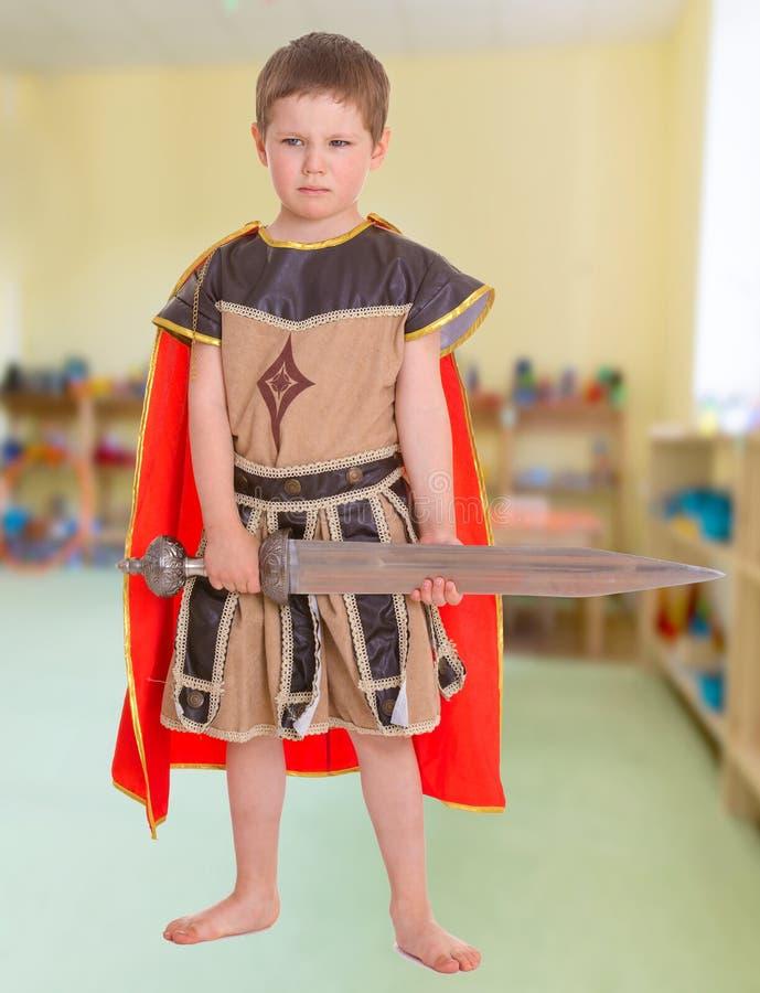 Kleiner Junge gekleidet lizenzfreie stockbilder