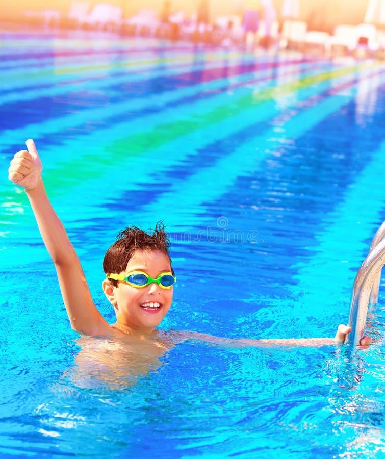 Kleiner Junge haben Spaß im Pool lizenzfreies stockbild
