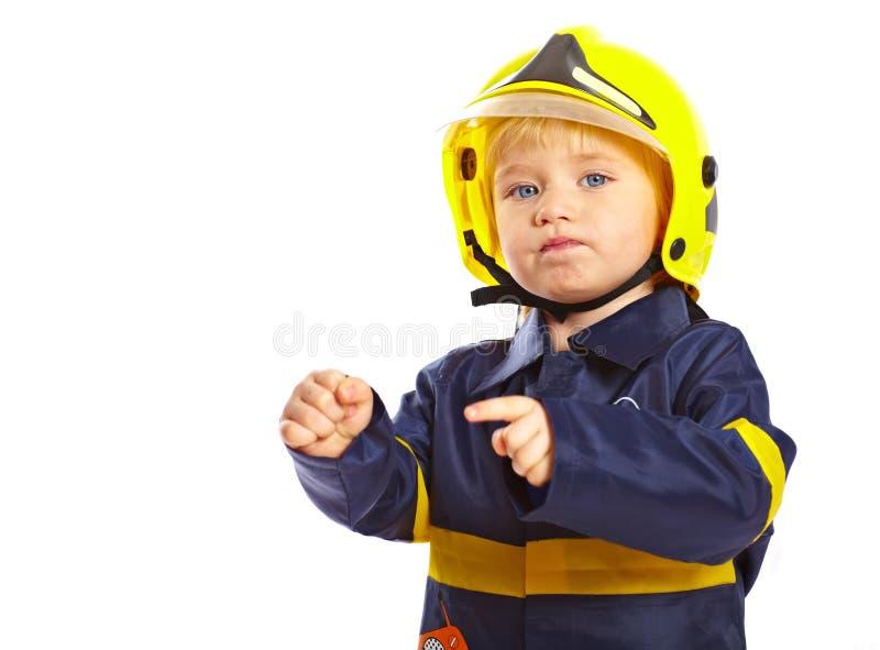 Kleiner Junge im Feuerwehrmannkostüm stockfotografie