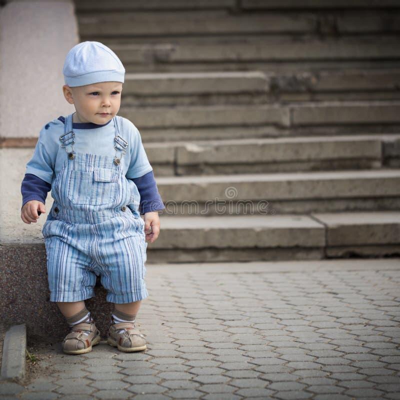 Kleiner Junge im Hut lizenzfreies stockfoto
