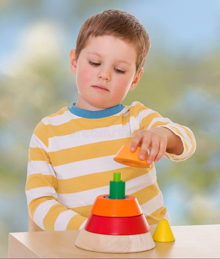 Kleiner Junge im Kindergarten lizenzfreies stockbild