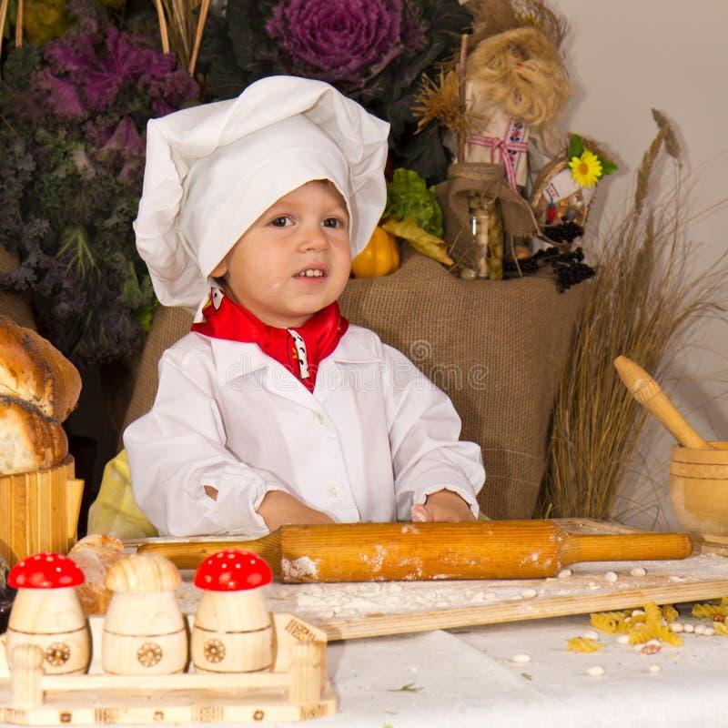 Kleiner Junge im Kochkostüm stockfoto