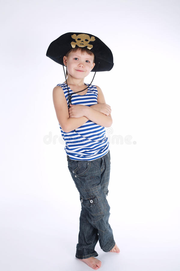 Kleiner Junge im Piratenkostüm auf Weiß stockfotografie