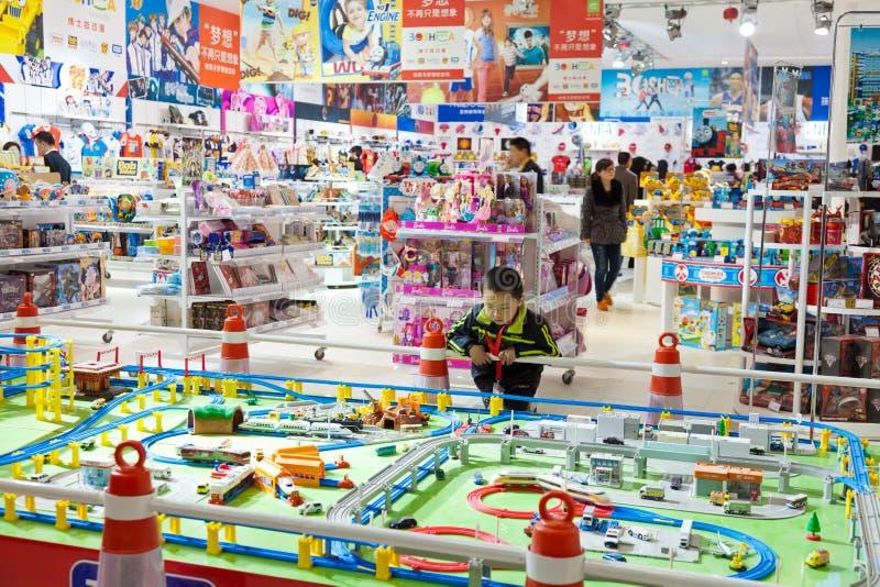 Kleiner Junge im Spielzeugsladen stockbilder