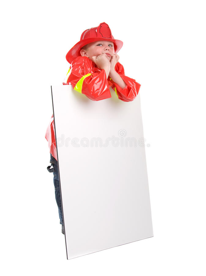 Kleiner Junge kleidete oben als Feuerwehrmann an stockbilder