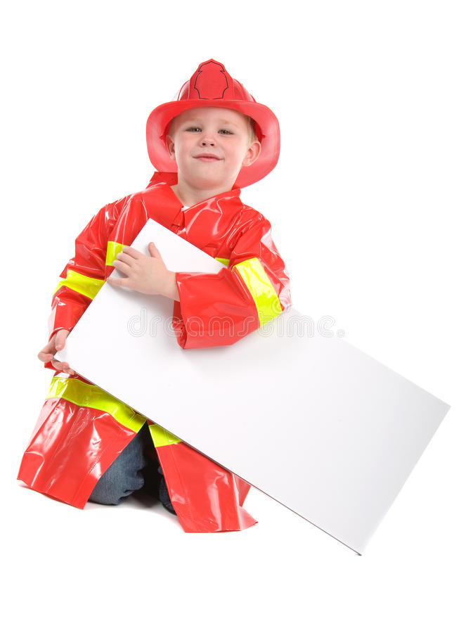 Kleiner Junge kleidete oben als Feuerwehrmann an stockfotos