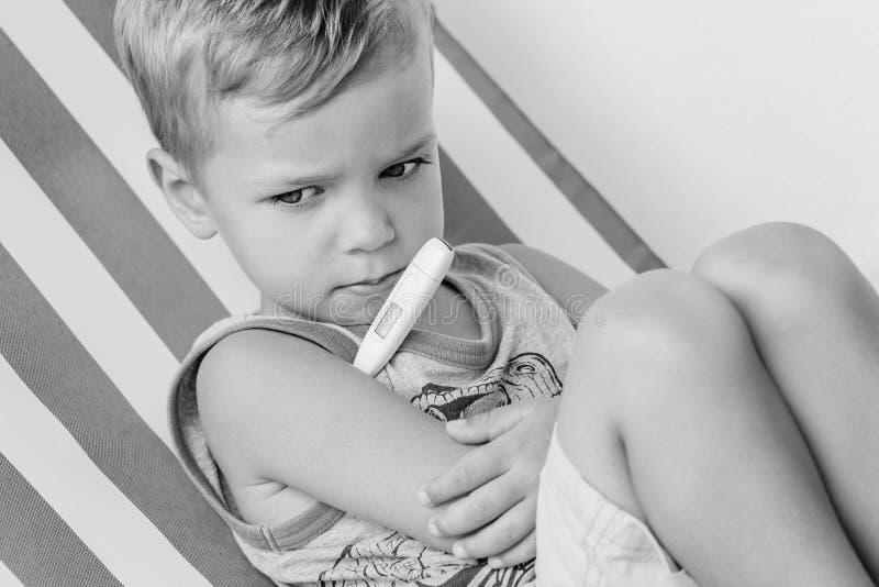 Kleiner Junge misst die Temperatur lizenzfreie stockbilder