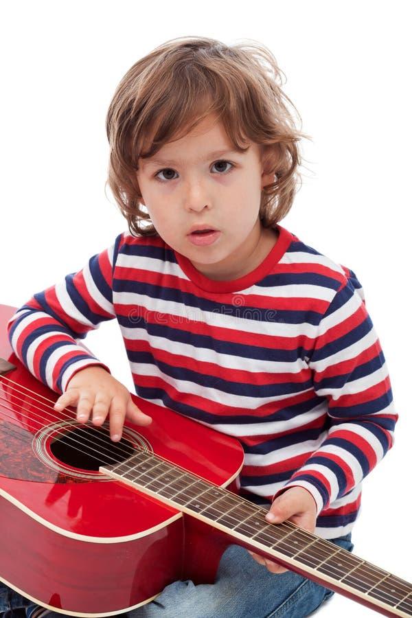 Kleiner Junge mit Akustikgitarre stockbilder