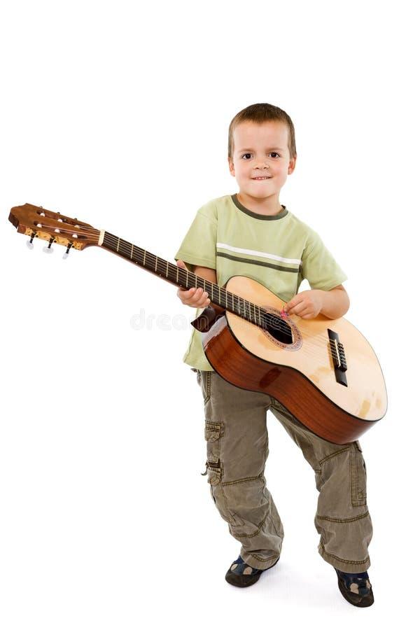 Kleiner Junge mit Akustikgitarre lizenzfreie stockfotos