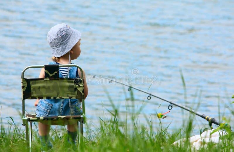 Kleiner Junge mit Angelrute stockbild