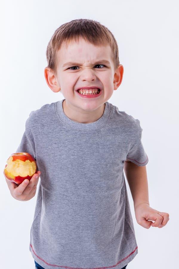 Kleiner Junge mit dem Lebensmittel lokalisiert auf weißem Hintergrund stockbild