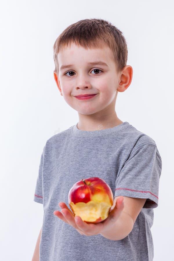 Kleiner Junge mit dem Lebensmittel lokalisiert auf weißem Hintergrund stockfotos