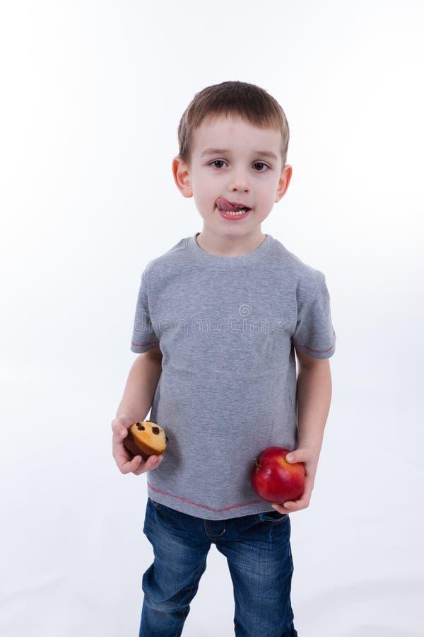 Kleiner Junge mit dem Lebensmittel lokalisiert auf weißem Hintergrund lizenzfreie stockbilder