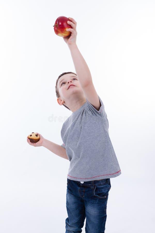 Kleiner Junge mit dem Lebensmittel lokalisiert auf weißem Hintergrund stockbilder