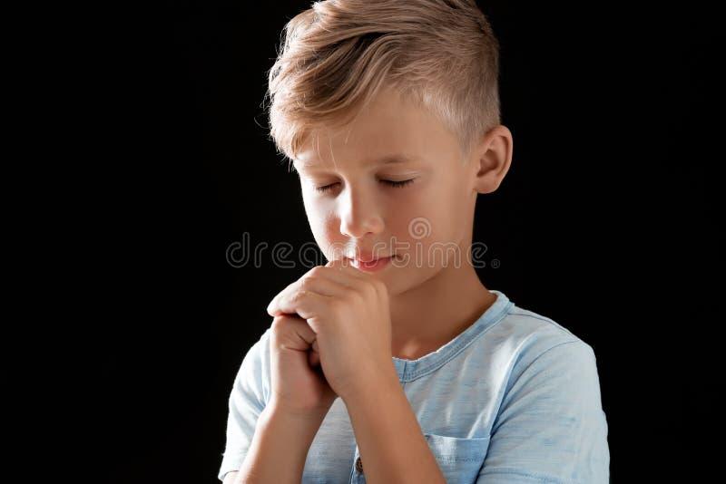 Kleiner Junge mit den Händen zusammen umklammert für Gebet lizenzfreie stockbilder