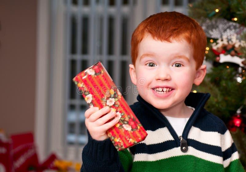 Kleiner Junge mit einem Geschenk stockbild
