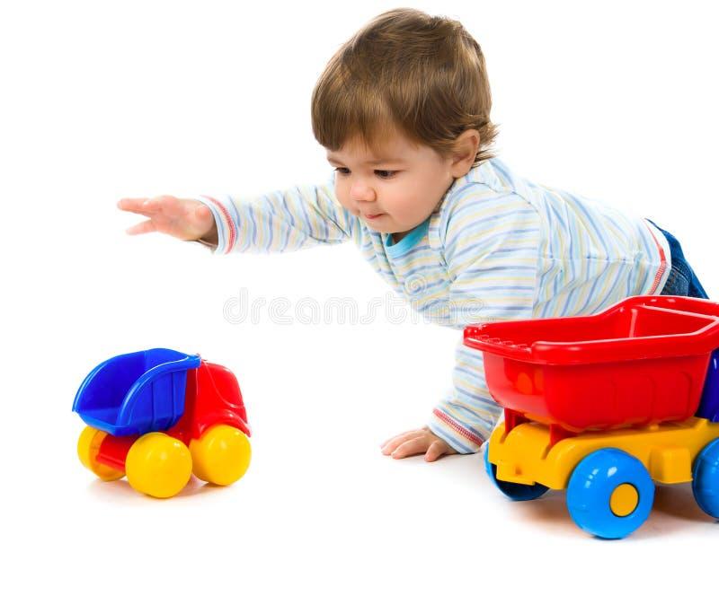 Kleiner Junge mit einem großen Auto stockbilder