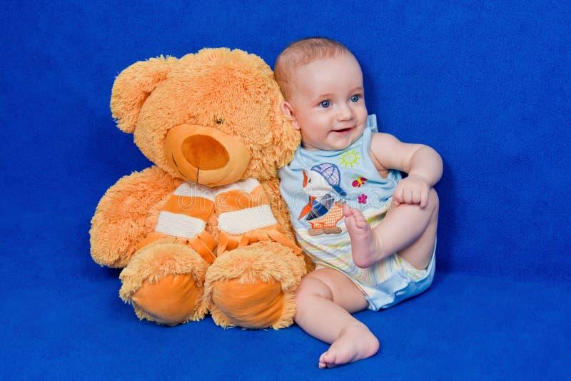 Kleiner Junge mit einem Teddybären stockfotos