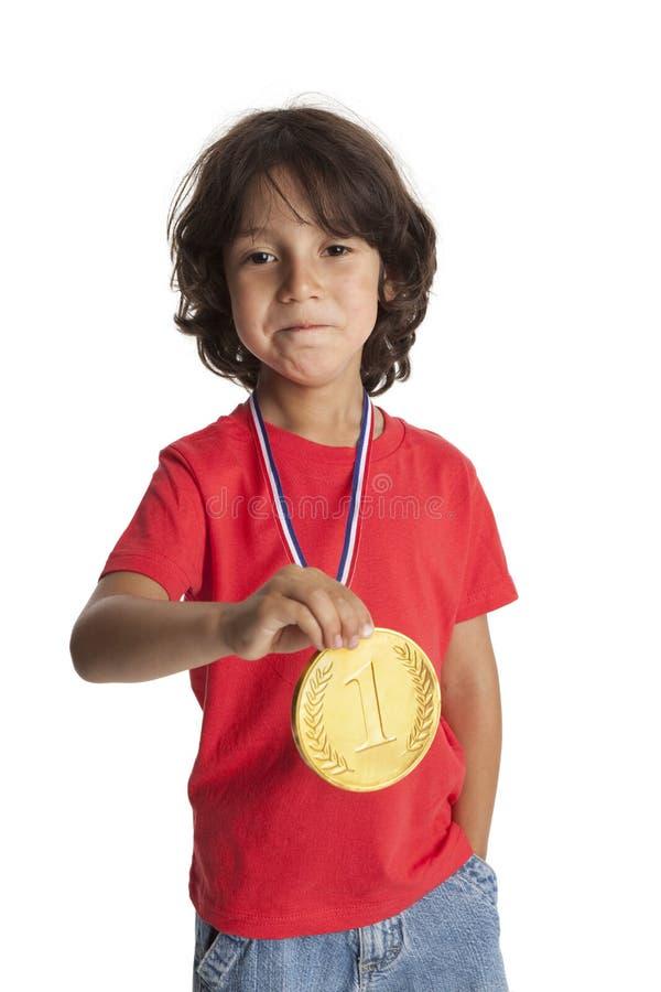 Kleiner Junge mit einer goldenen Medaille stockfoto