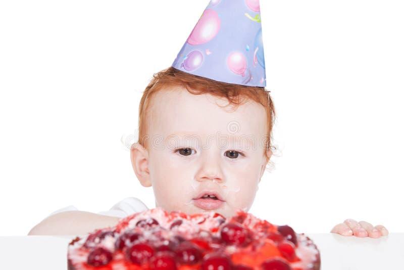 Kleiner Junge mit Geburtstagkuchen über Weiß stockfotografie