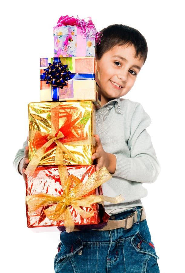 Kleiner Junge mit Geschenken lizenzfreie stockfotografie