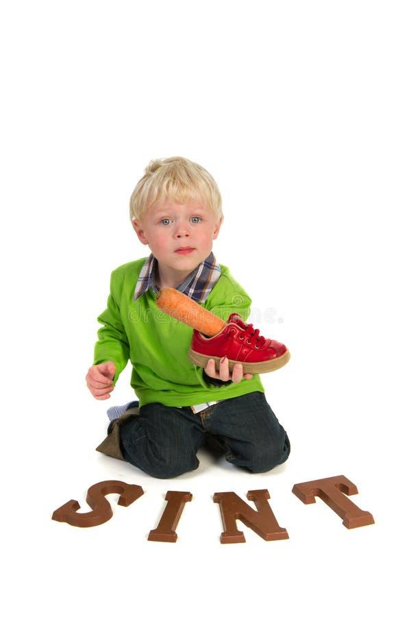 Kleiner Junge mit Karotte für holländisches Sinterklaas stockbild