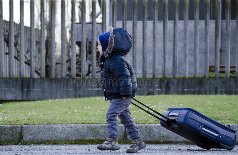 Kleiner Junge mit Koffer stockfotos
