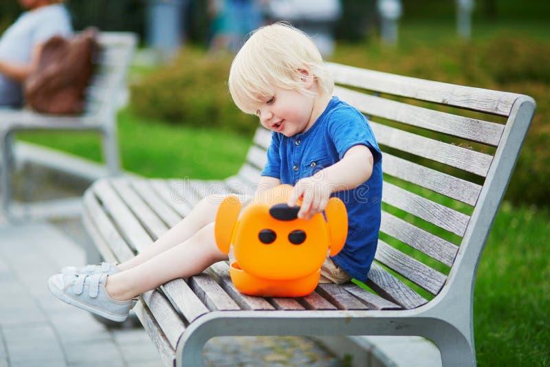 Kleiner Junge mit Lunchbox und gesundem Snack stockbild