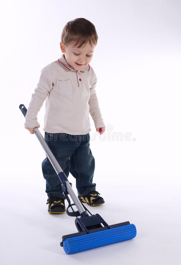 Kleiner Junge mit Mopp auf Weiß lizenzfreies stockbild