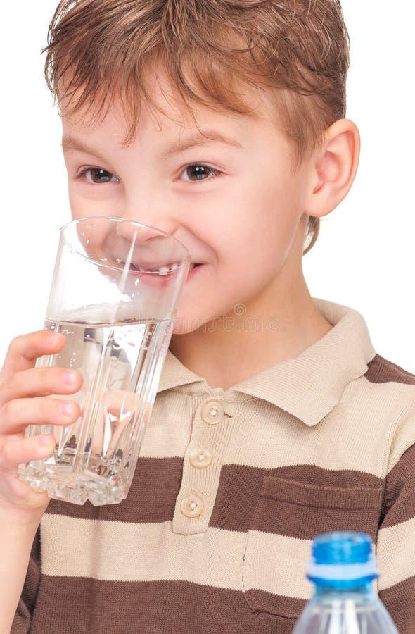 Kleiner Junge mit Plastikflasche Wasser stockfoto