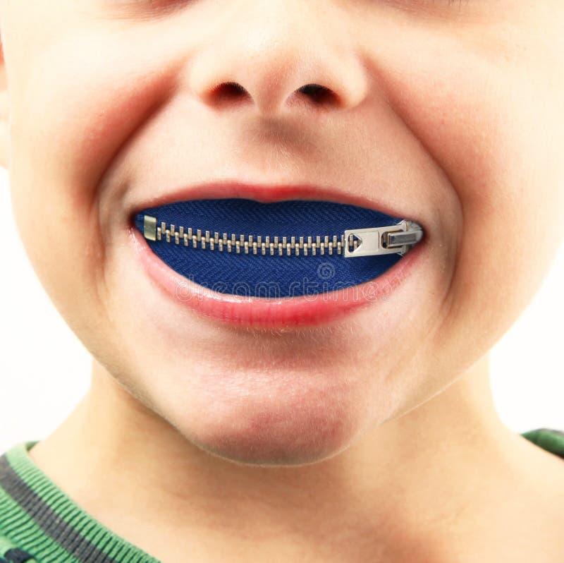 Kleiner Junge mit Reißverschluss im Mund lizenzfreies stockbild