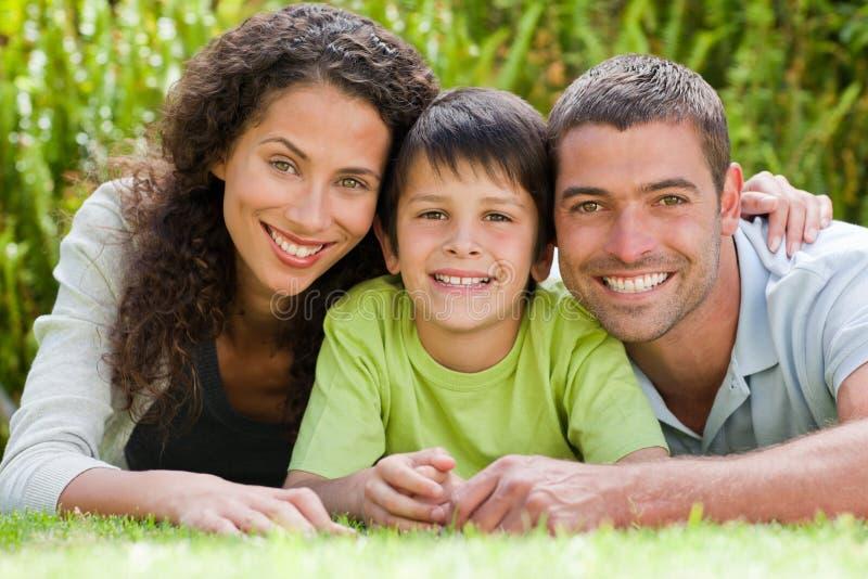 Kleiner Junge mit seinen Muttergesellschaftn, die sich hinlegen lizenzfreies stockfoto