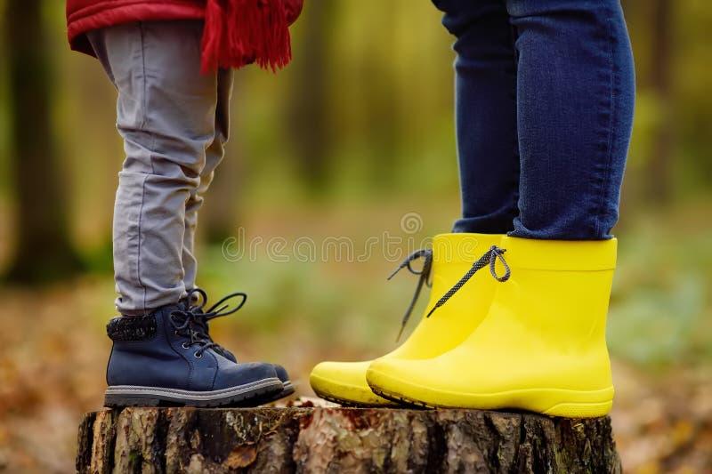Kleiner Junge mit seiner jungen Mutter während des Spaziergangs im Wald lizenzfreie stockbilder