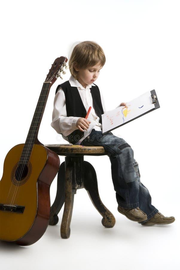 Kleiner Junge mit seiner Zeichnung auf einem Weiß. lizenzfreie stockfotos