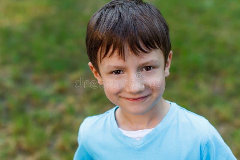 Kleiner Junge mit smileygesicht lizenzfreie stockfotos