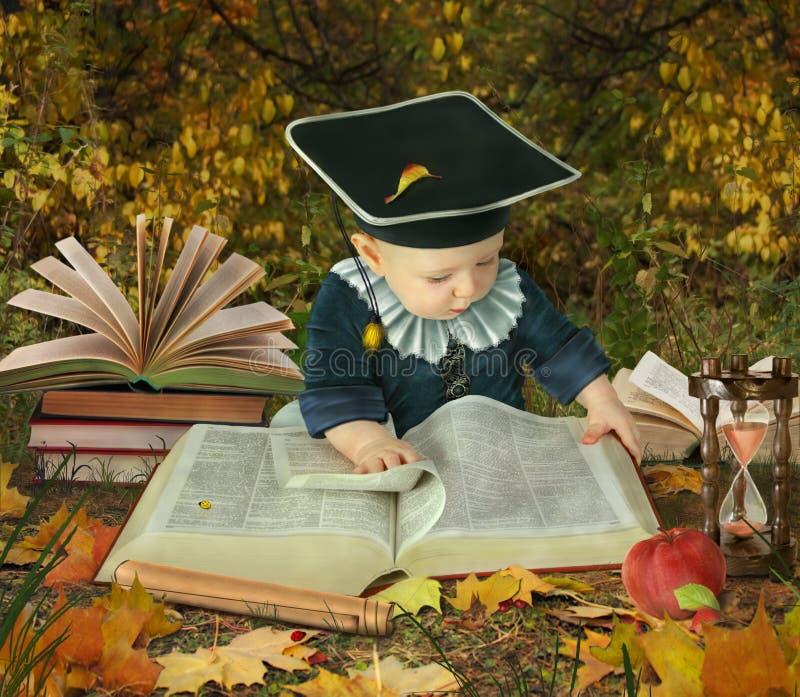 Kleiner Junge mit vielen Büchern in der Parkcollage stockfotos
