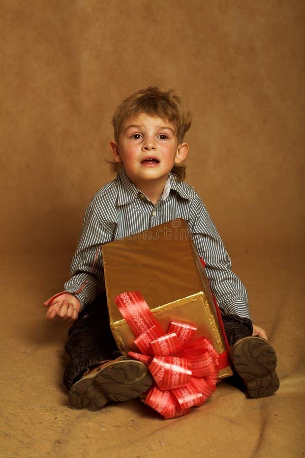 Kleiner Junge mit Weihnachtsgeschenk stockfotografie