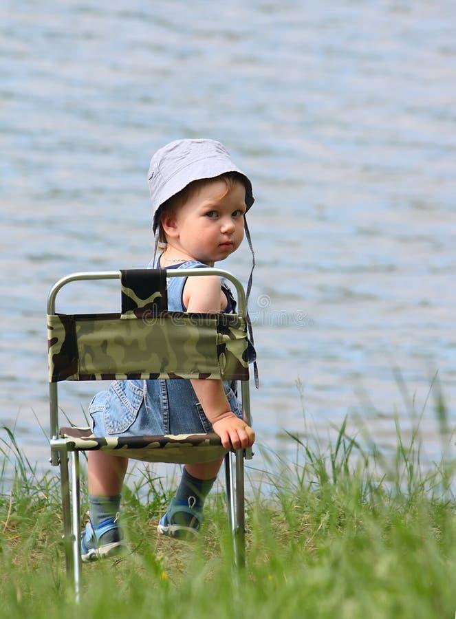 Kleiner Junge nahe dem See stockfotos