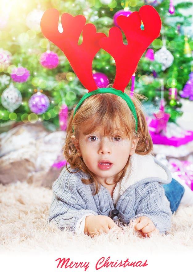 Kleiner Junge nahe Weihnachtsbaum lizenzfreie stockfotos
