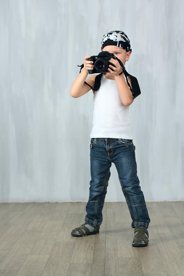 Kleiner Junge nimmt ein Foto lizenzfreie stockfotografie