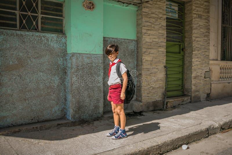 kleiner Junge - Pionier in der Straße lizenzfreie stockfotos