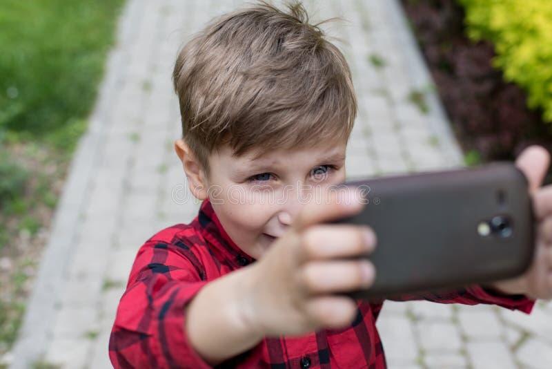 Kleiner Junge Selfie stockfoto. Bild von froh, blick