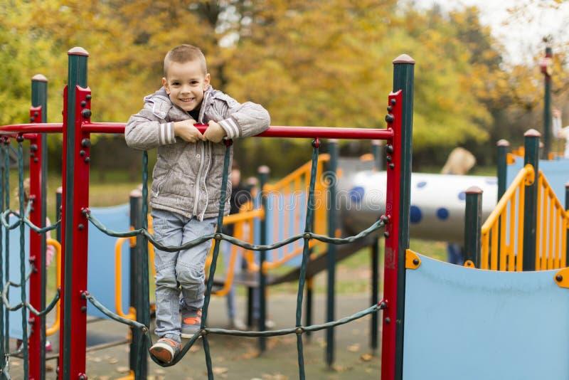 Kleiner Junge am Spielplatz stockbilder