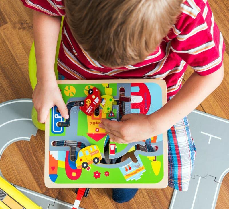 Kleiner Junge spielt Brettspiel lizenzfreie stockfotografie