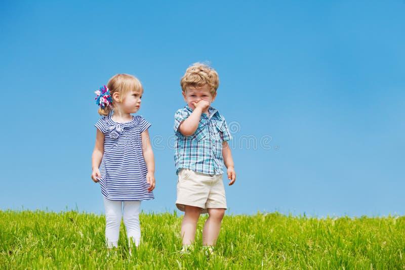 Kleiner Junge und Mädchen stockbilder