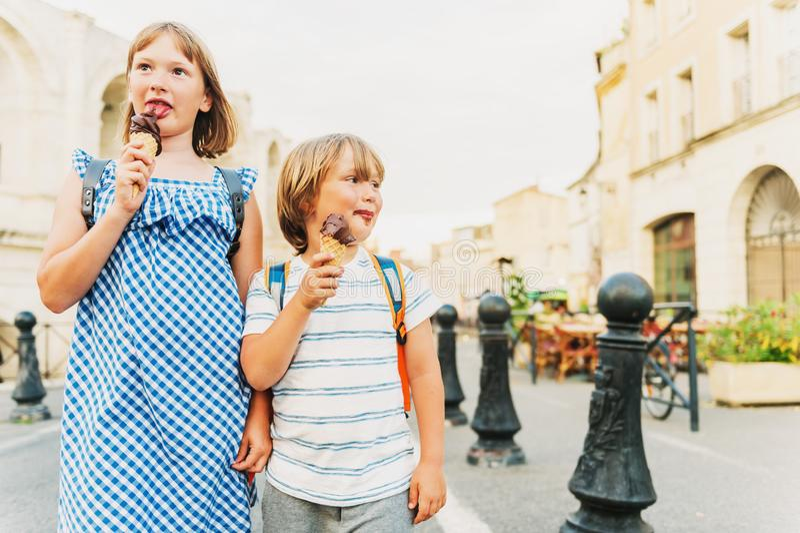 Kleiner Junge und Mädchen, die SchokoladenEiscreme isst stockfotografie