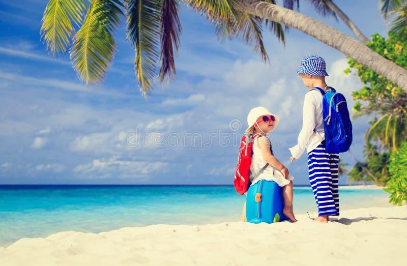 Kleiner Junge und Mädchen reisen auf den Sommer tropisch stockfotos