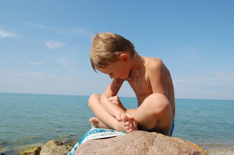 Kleiner Junge und Meer lizenzfreie stockfotografie